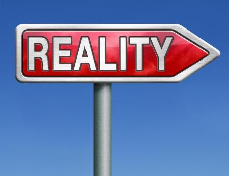 actuality: controllo di realt� per gli obiettivi reali e realistici o mostrare in tv televisione rosso strada segno freccia con il concetto di testo parola