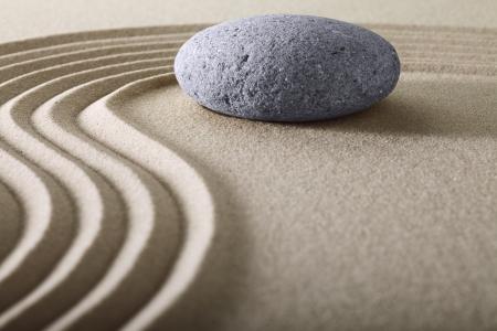 Zen-tuin Japanse tuin ZEN Stone met geharkt zand en ronde steen rust en balans rimpelingen zand patroon