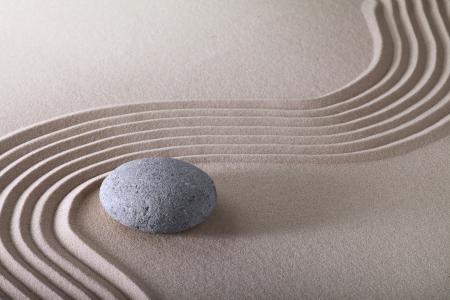 le jardin zen japonais Jardin zen stone avec du sable commissionn?e et ronde ?quilibre et la tranquillit? de Pierre ripples patron de sable Banque d'images