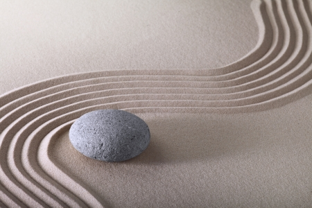 zentuin, Japanse tuin zen stone met raked zand en ronde stenen rust en evenwicht rimpelingen zand patroon