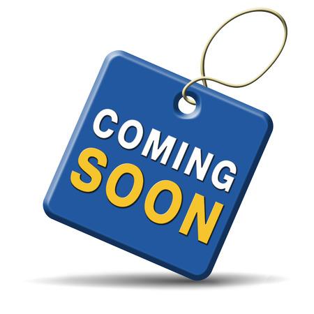 anunciar: pr�ximamente nuevo lanzamiento de producto junto a la promoci�n y anunciar icono de la muestra o la bandera en el anuncio Foto de archivo