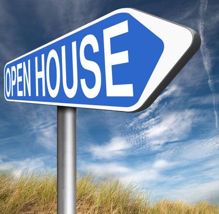 open huis: Open huis teken onroerend goed te koop open deur in model huis