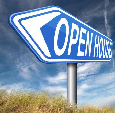open huis: Open huis te koop bord op model huis voor het kopen van onroerend goed