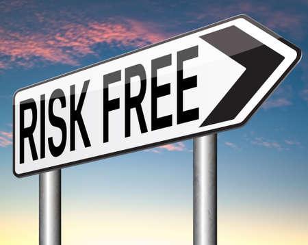 safe investments: investire etichetta risk free o firmare al 100% sicuro investimento negozio web garanzia di qualit� del prodotto di alta soddisfazione garantita rischi adesivo o la sicurezza prima bandiera Archivio Fotografico