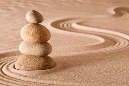 zen meditatie tuin stapel stenen, ontspanning en meditatie door eenvoud harmonie en rock balans leiden tot gezondheid en welzijn, balanceren en concentratie achtergrond met kopie ruimte Stockfoto