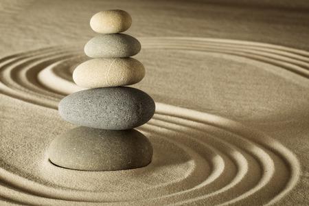 sencillez: el equilibrio y la armonía en la relajación zen jardín de meditación y simplicidad para la concentración. Forma de arena y piedra bonitas líneas y patrón