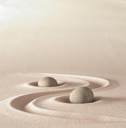 Zen-Garten Meditation Stein Hintergrund mit Kopie Platz Steine ??und Linien im Sand für Entspannung Gleichgewicht und Harmonie Spiritualität oder Spa Wellness
