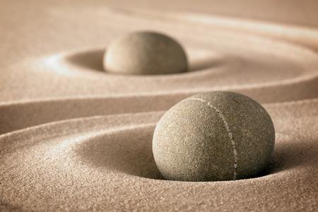 harmony: la pureza y la espiritualidad en la armon�a de un jard�n zen piedras y l�neas en la arena para la concentraci�n y la relajaci�n pura naturaleza o el fondo de bienestar spa Foto de archivo