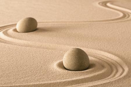 harmony: Zen piedras y l�neas en la arena del jard�n japon�s. Pureza armon�a y equilibrio. Foto de archivo