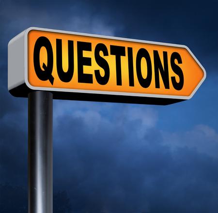 answer question: domande e soluzioni hanno bisogno di risposte serie come risposta le informazioni di supporto sportello domanda con testo e la parola strada segno concetto Archivio Fotografico
