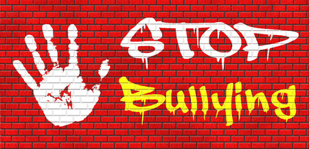 stoppen met pesten graffiti geen pestkoppen preventie tegen de school het werk of in de cyber internet intimidatie grafitty op rode bakstenen muur, tekst en hand. Stockfoto