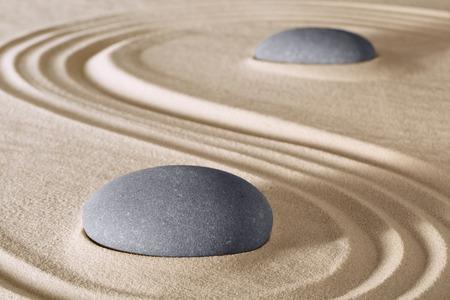zen stenen meditatie en ontspanning in de Japanse Zen-tuin. Steen en zand lijnen patroon achtergrond