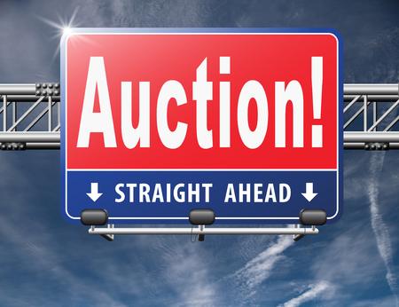 bid: oferta de subasta en línea aquí y ahora. Compra y venta de productos inmobiliarios y coches o casas en el Internet. Foto de archivo
