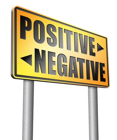 positivismo: cartelera señal de tráfico positiva o negativa. Foto de archivo