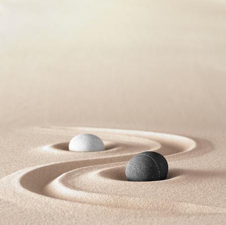 yin en Yang symbool van dualisme in de oude Chinese filosofie waar tegengestelde of tegengestelde krachten complementair zijn. Zoals licht en donker of vuur en water, mannelijk en vrouwelijk. Een zwarte en een witte ronde steen vonvept jin jang.