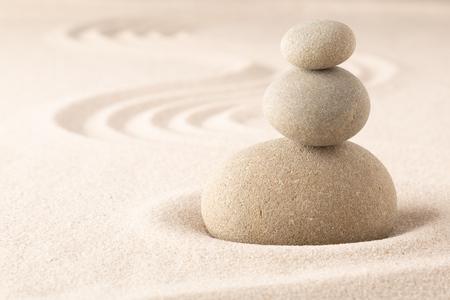 Yoga ou spa bien-être arrière-plan sablonneux avec pierre zen ronde dans un jardin de sable japonais et espace de copie ouvert. Tas de pierres en équilibre.
