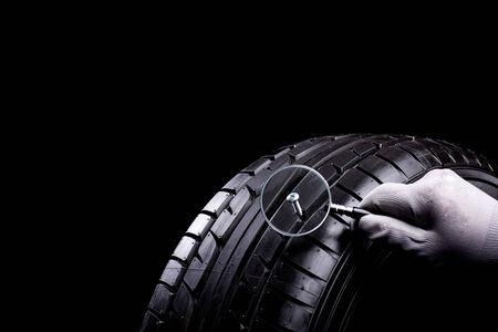 ampliar: Lupe ampliar parafuso no pneu