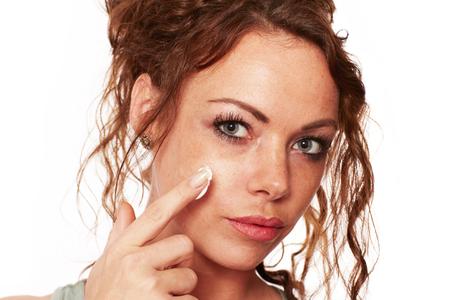 commonplace: Donna con la pelle naturale comporta una crema viso