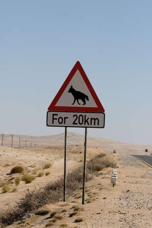 hienas: Carretera signo de advertencia contra las hienas en Namibia Foto de archivo
