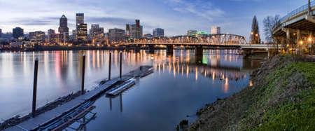 Portland, Oregon Panorama.  Nacht scène met lichte reflecties over de Willamette River Stockfoto