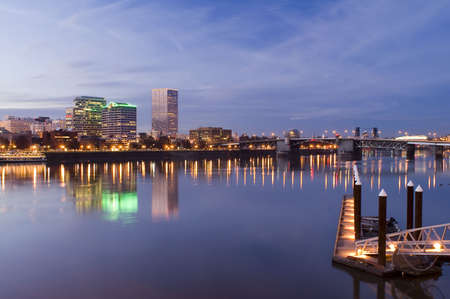 Portland, Oregon.  Night scene with light reflections on the Willamette River Imagens