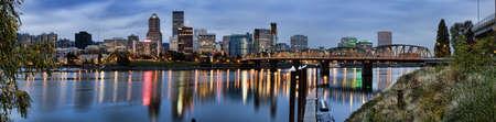 Weergave van Portland, Oregon met uitzicht op de rivier Wil lamette.