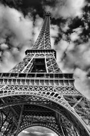 Dramatische afbeelding in zwart-wit van de Eiffel toren in Parijs, Frankrijk.