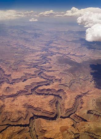 空に雲の影と米国アリゾナ州のグランドキャニオンの空中ビュー。