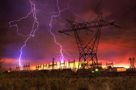 Dramatic Image of Power Distribution Station with Lightning Striking Electricity Towers. Imagens - 6756354