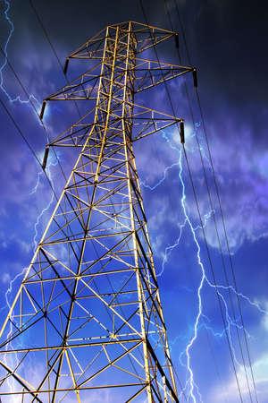 Dramatische beeld van elektriciteit pyloon met bliksem in de achtergrond.