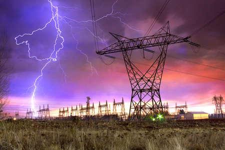Dramatische beeld van distributie elektriciteitscentrale met Lightning opvallend elektriciteit torens.