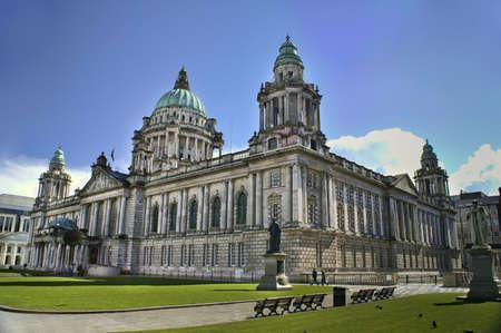 Mooie foto van de stadshuis in Belfast Noord-Ierland, met helder blauwe hemel.  Stockfoto