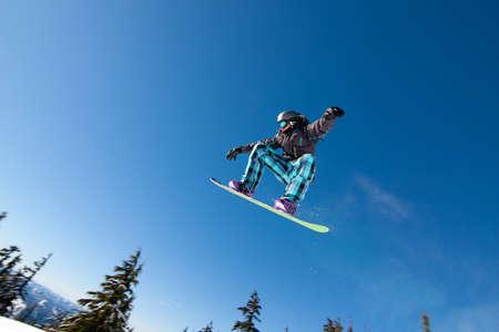Mannelijke Snowboarder vangst grote lucht op een zonnige dag.