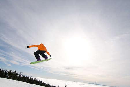 Mannelijke Snowboarder vangsten Big Air op een Bright zonnige dag.