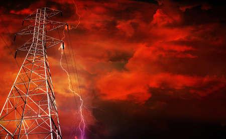 Dramatische beeld elektriciteit Pylon met lightning in achtergrond. Stockfoto