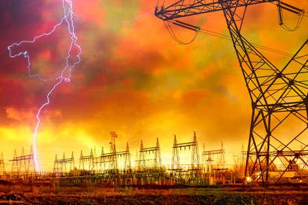 電気タワーに打つ落雷の発電分布の劇的なイメージ。 写真素材