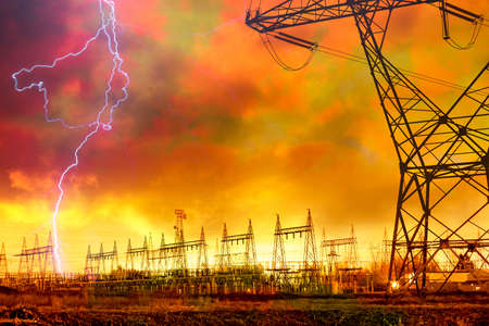 hoogspanningsmasten: Dramatische image van elektriciteits distributie centrale met Lightning Electricity Towers opvallend. Stockfoto