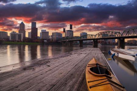Portland, Oregon Panorama scène met dramatische hemel en licht reflecties op de rivier Willamette