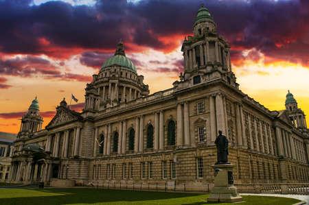 色鮮やかな夕焼けの中にベルファスト、北アイルランドで市庁舎の美しい画像 写真素材