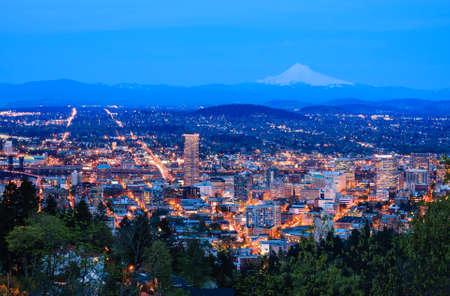 夜のピトック邸からポートランド、オレゴン州の表示 写真素材
