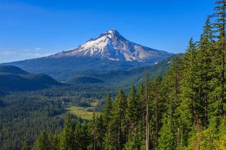 Majestic View of Mt Hood op een heldere, zonnige dag tijdens de zomermaanden Stockfoto