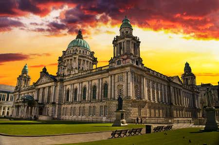 Mooie foto van de stadshuis in Belfast Noord-Ierland in een kleurrijke zonsondergang
