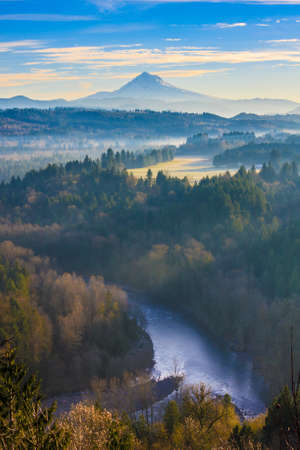 サンディ、オレゴン州、アメリカ合衆国の Jonsrud ビュー ポイントからの日の出の間に取られる山フッドの美しい画像