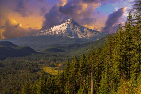 Majestuosa vista de Mt. Hood en un día brillante y soleado durante los meses de verano