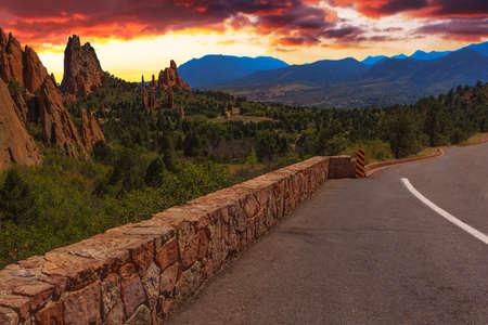 scrambling: Majestic tramonto Immagine del Giardino degli Dei con cielo drammatico Archivio Fotografico