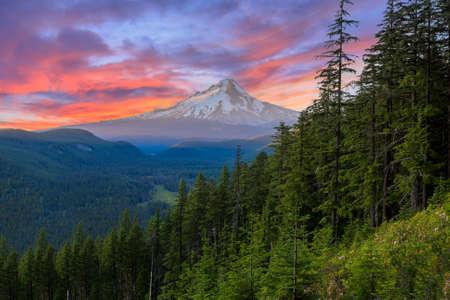 Majestuosa vista del Monte Hood en una colorida puesta de sol brillante, durante los meses de verano.