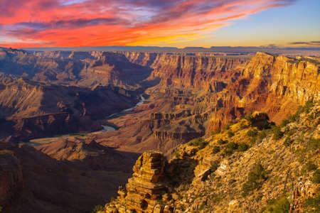 夕暮れ時に目に見えるコロラド川砂漠のビュー ポイントからグランドキャニオンの美しい風景