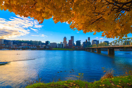 View of Portland, Oregon overlooking the willamette river on a Fall Afternoon 스톡 콘텐츠