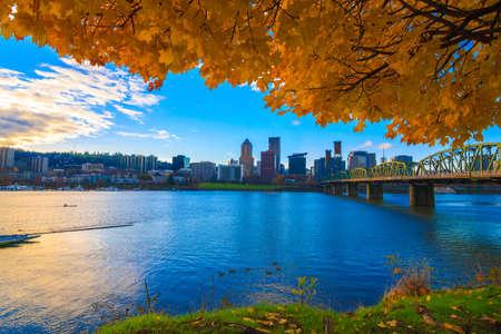 Widok z Portland, Oregon wychodzi rzeki Willamette na popołudnie jesień