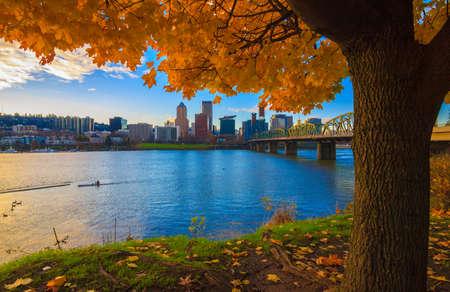 秋の午後にウィラメット川を見下ろす、オレゴン州ポートランドのビュー 写真素材